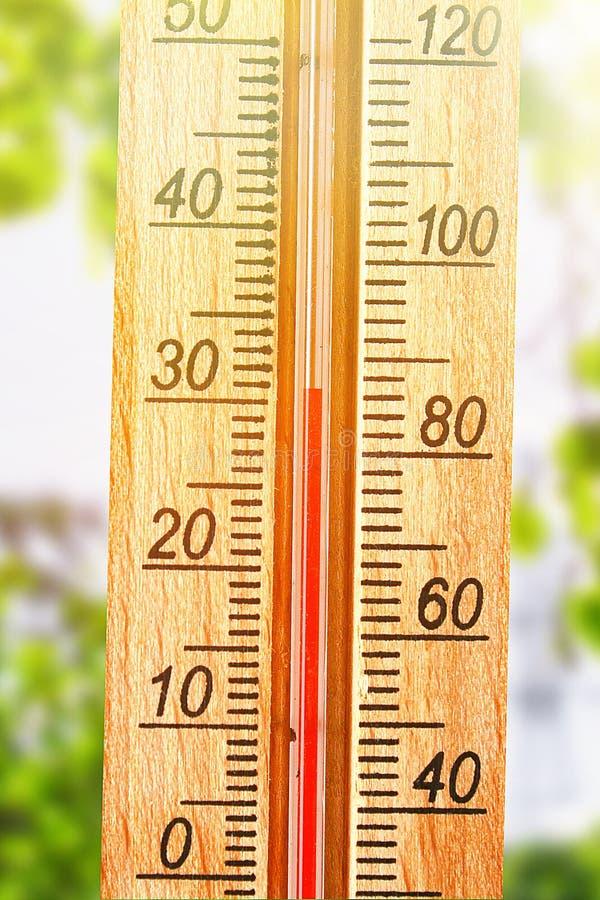 Term?metro que indica a eleva??o temperaturas quentes de 30 graus no dia de ver?o do sol imagem de stock royalty free