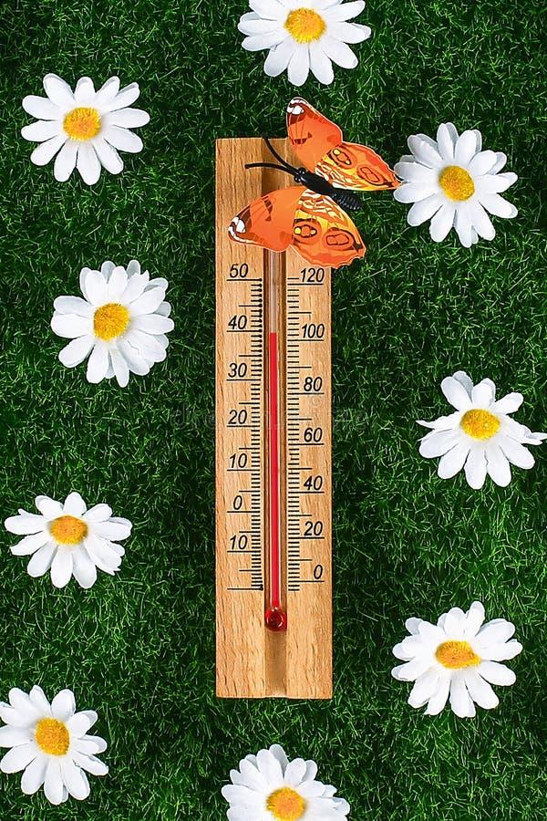 Term?metro que indica a eleva??o temperaturas quentes de 40 graus no dia de ver?o do sol imagem de stock
