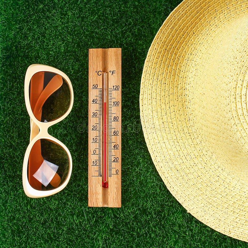 Term?metro que indica a eleva??o temperaturas quentes de 40 graus no dia de ver?o do sol fotos de stock royalty free