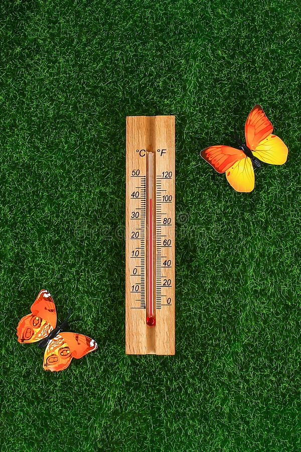 Term?metro que indica a eleva??o temperaturas quentes de 40 graus no dia de ver?o do sol fotografia de stock royalty free