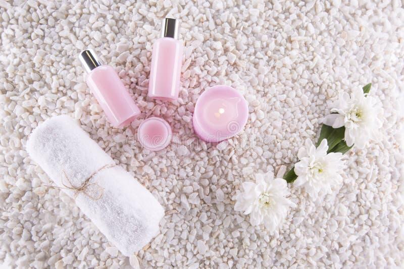 Termas Ainda vida 1 Vela, garrafas com creme da cor cor-de-rosa, foto de stock
