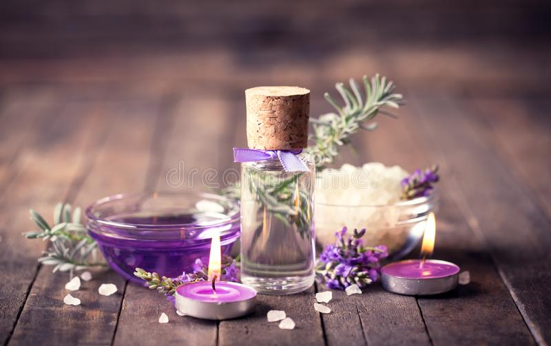 Termas ajustados com óleo da aromaterapia da alfazema imagem de stock royalty free