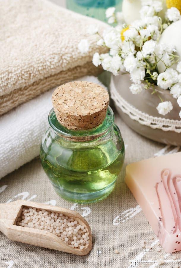 Termas ajustados: garrafa do óleo essencial, toalhas macias, barra de sabão fotos de stock