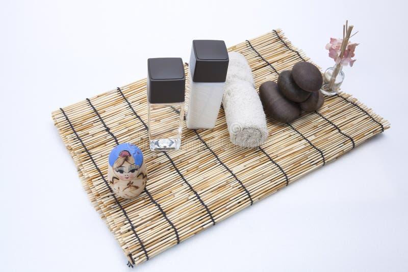 Termas ajustados no bambu tropical imagem de stock