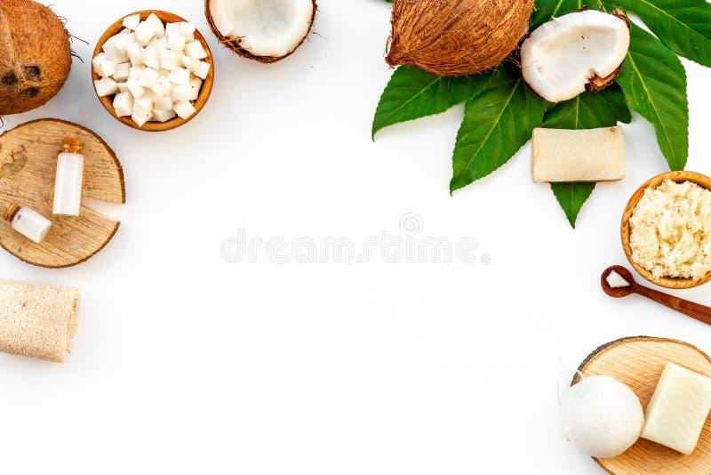 Termas caseiros com o osmetics natural do coco no espaço branco da opinião superior do fundo para o texto imagens de stock royalty free
