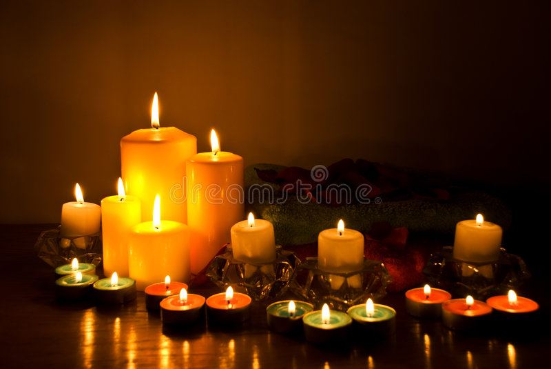 Termas com luzes da vela imagens de stock royalty free