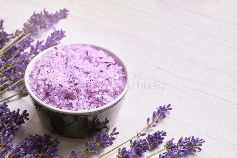 Termas da alfazema Flores da alfazema e sal de banho na bacia no fundo branco Copie o espa?o, vista superior Conceito dos termas fotografia de stock