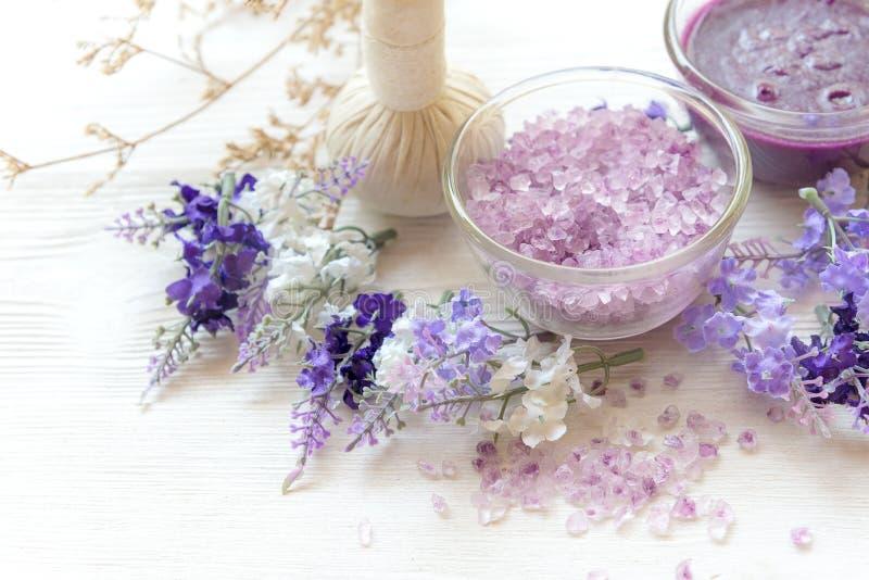 Termas da aromaterapia da alfazema com vela Os termas tailandeses relaxam tratamentos e fundo do branco da massagem Conceito saud fotografia de stock