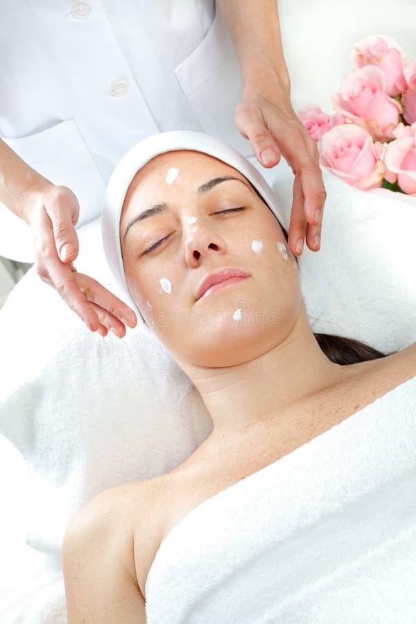 Termas da massagem. Tratamento facial. imagem de stock