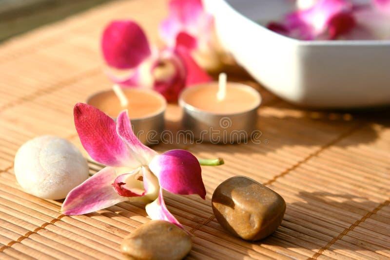 Termas da orquídea e da vela fotos de stock
