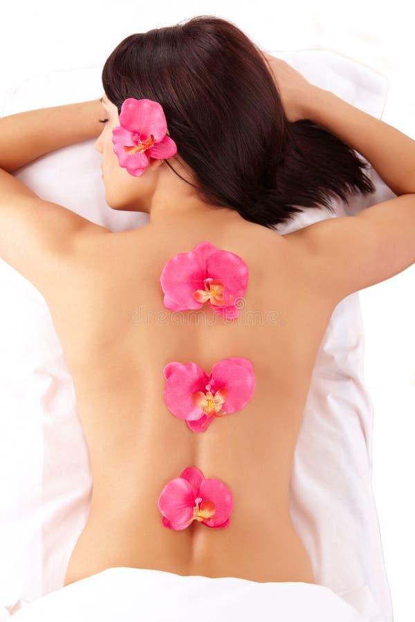 Termas de relaxamento da mulher atrativa imagem de stock