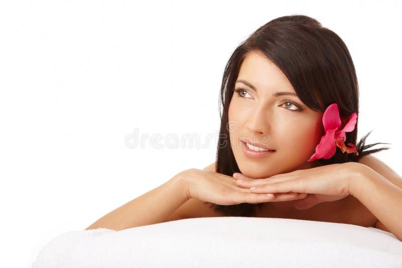 Termas de relaxamento da mulher atrativa foto de stock