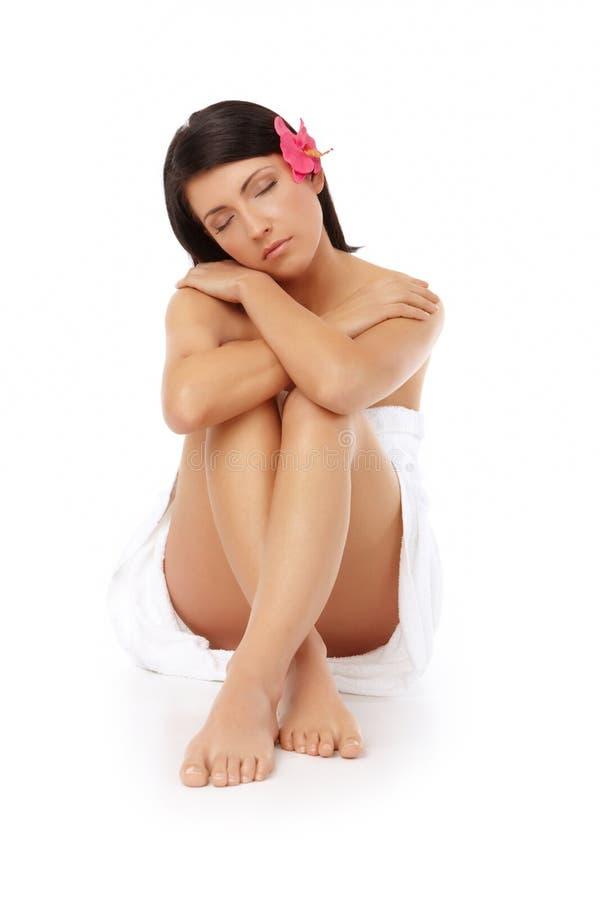 Termas de relaxamento da mulher atrativa fotos de stock