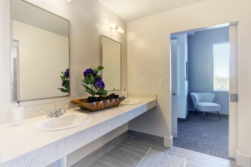 Termas do banheiro da mansão do recurso imagem de stock
