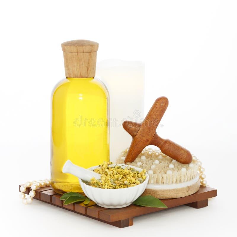 Termas do Reflexology ajustados com o Massager transversal de madeira do pé do óleo da massagem fotos de stock royalty free