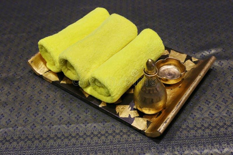 Termas e ajuste do wellness com sabão, velas e a toalha naturais fotografia de stock