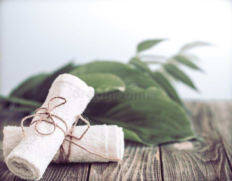 Termas e bem-estar que ajustam-se com flores e toalhas Produtos da natureza de Dayspa imagem de stock