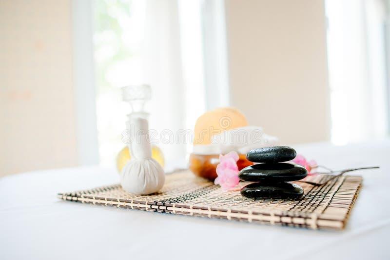 Termas e cuidados médicos com flores e toalhas Produtos naturais a imagens de stock