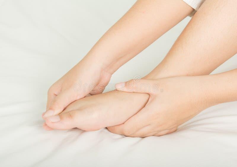 Termas e pele da massagem do pé e do óleo imagens de stock royalty free