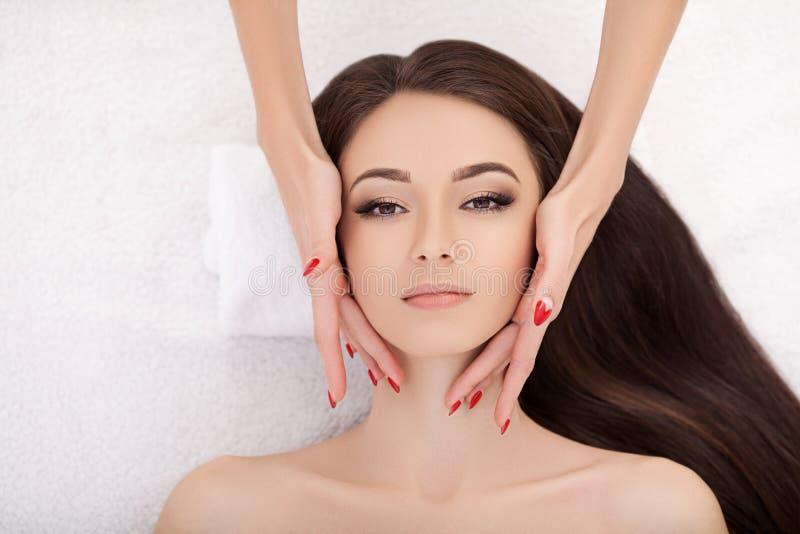 Termas Jovem mulher bonita que obtém um tratamento da cara beleza Sa fotos de stock