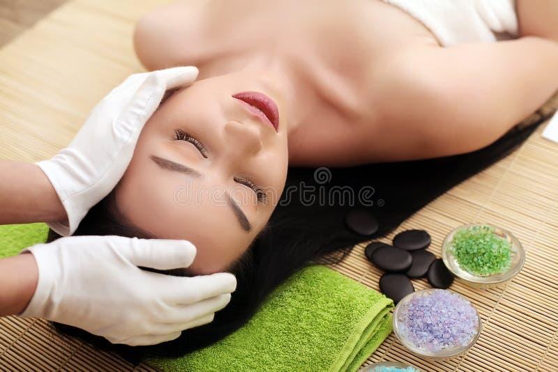 Termas Mulher bonita nova que aprecia o procedimento da massagem de cara fotos de stock royalty free