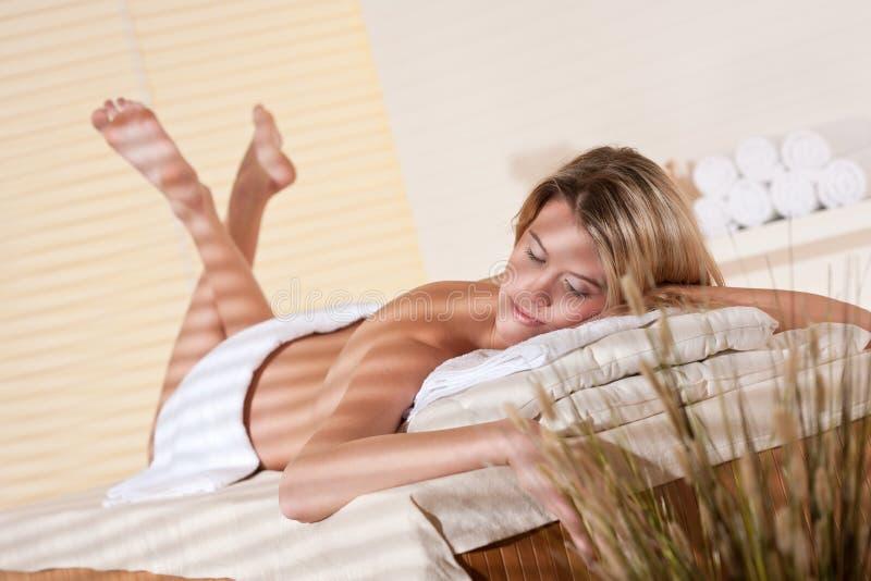 Termas - mulher nova no tratamento da massagem do wellness foto de stock