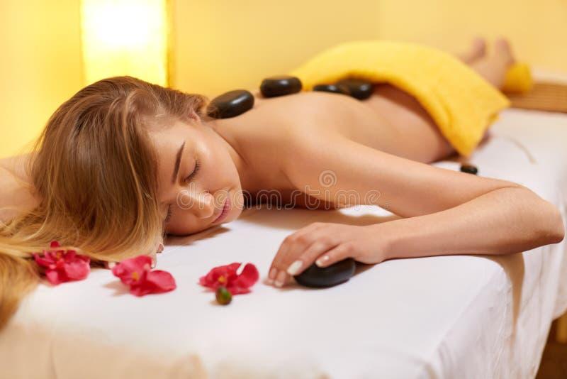 Termas - 7 O louro bonito obtém a massagem de pedra Bem-estar Co fotografia de stock royalty free
