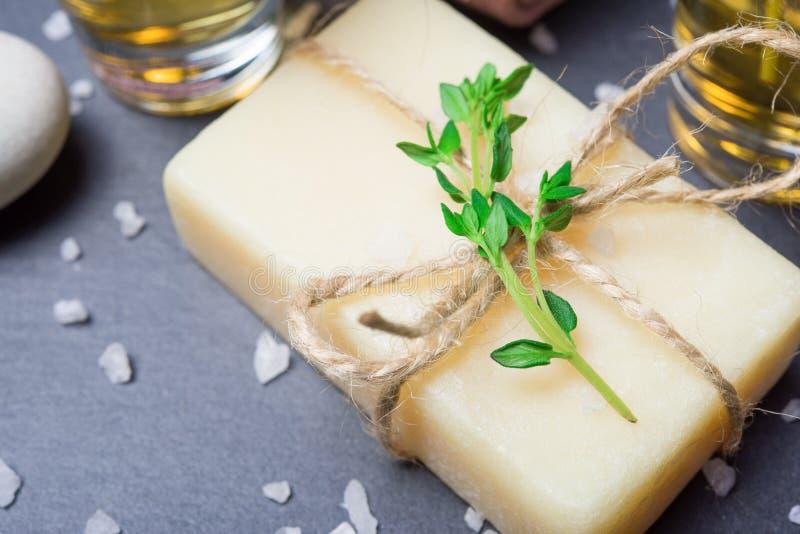 Termas orgânicos com sabão do tomilho e sal de banho naturais na pedra da ardósia imagens de stock royalty free