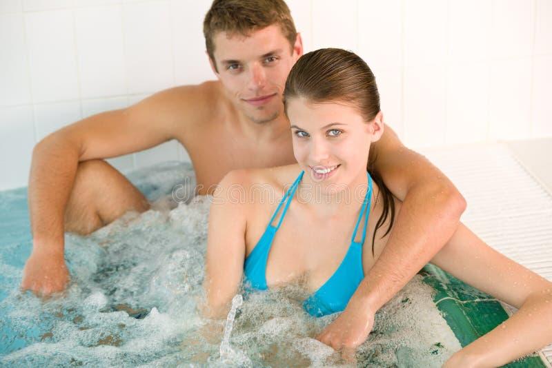 Termas - os pares loving novos apreciam a cuba quente fotos de stock