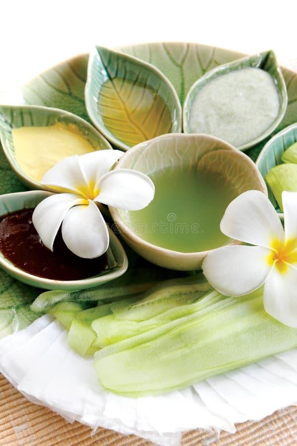 Termas tailandeses ervais e óleo com flor tailandesa imagens de stock