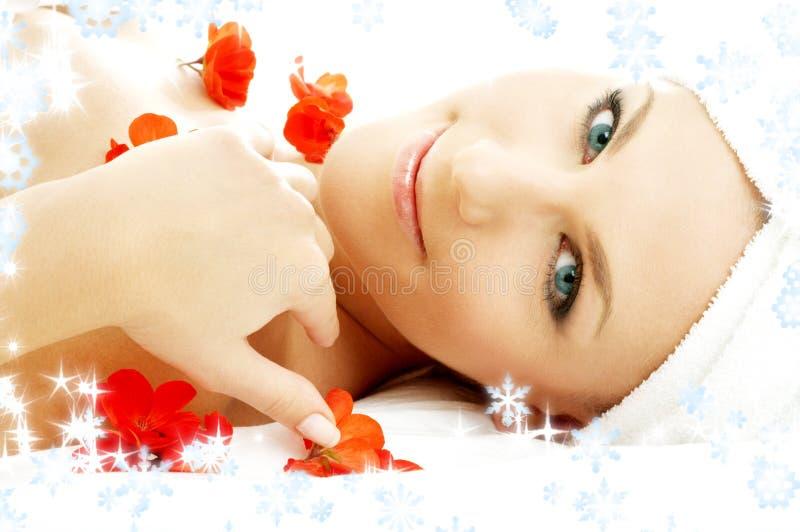 Termas vermelhos das pétalas da flor com flocos de neve #3 foto de stock