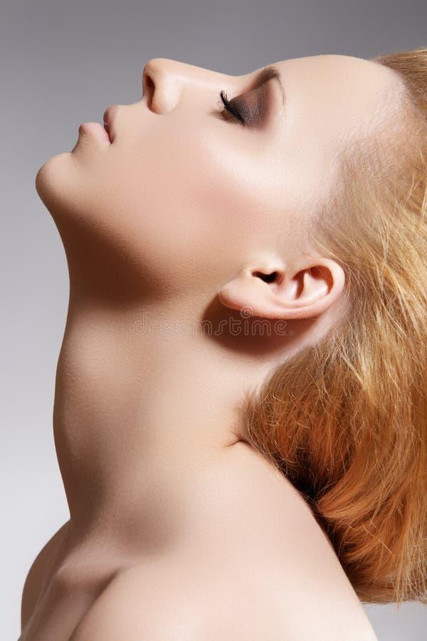 Termas, wellness & beleza. Limpe a pele da face fêmea fotografia de stock