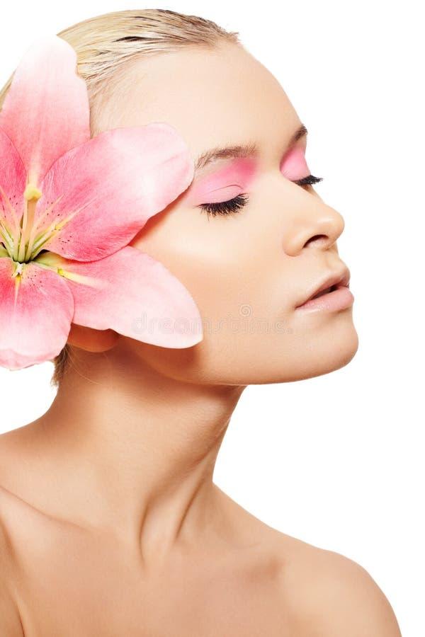 Termas, wellness, cuidado de pele. Mulher com composição cor-de-rosa imagens de stock