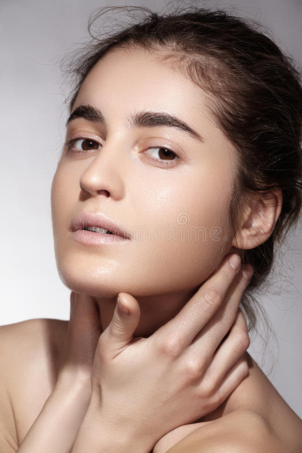 Termas, wellness e cuidado Modelo moreno bonito da mulher com pele limpa imagens de stock royalty free