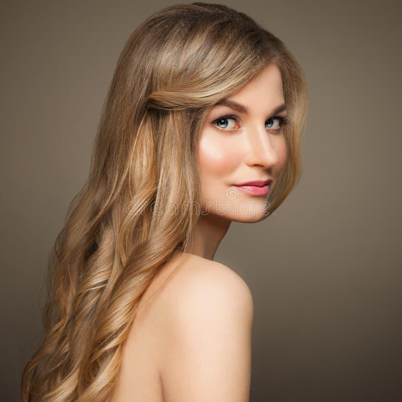 Termas Woman modelo com pele saudável no fundo bege fotos de stock royalty free