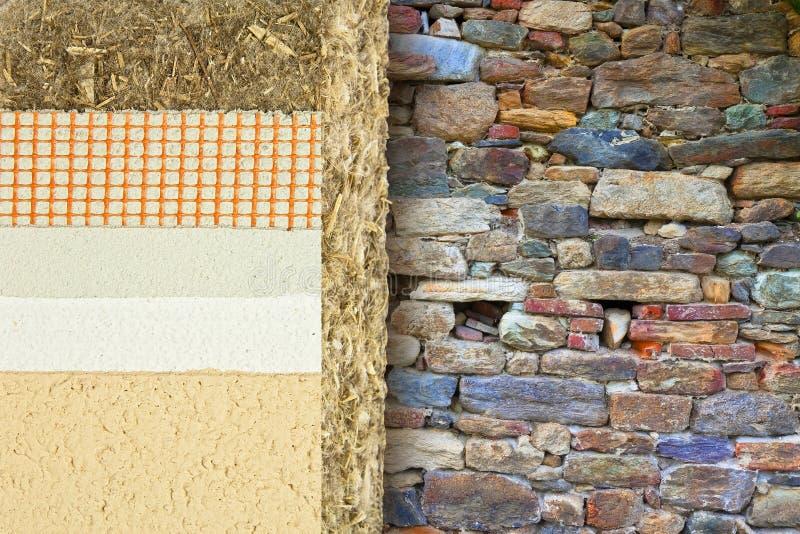 Termicznej izolacji narzuty z konopie dla budować wydajność energii i zmniejszają termiczne straty przeciw starej kamiennej ścian obrazy royalty free