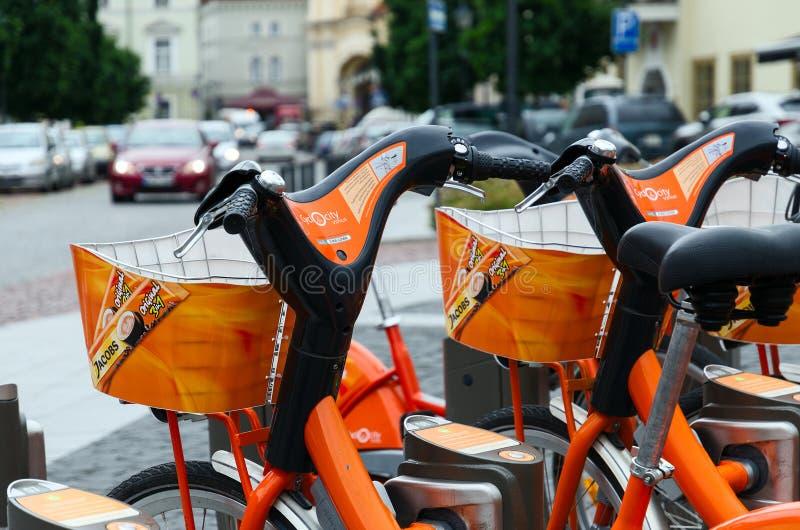 Terminal automatyczny czynsz bicykle Cyclocity w Vilnius, Zaświecający obrazy stock