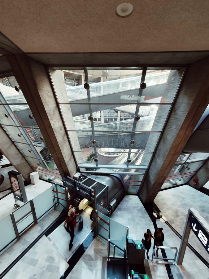 Terminal de aeroporto 1 de Charles de Gaulle, arquitetura moderna no período cinqüênta, Paris, França fotografia de stock royalty free