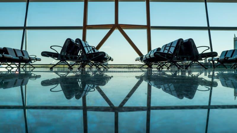 Terminal de aeroporto vazio vazio com assentos do passageiro fotos de stock