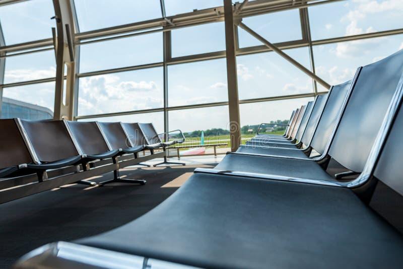Terminal de aeropuerto interior interior Salón con las sillas en área de la salida que espera Vacaciones de verano Concepto del v imagen de archivo
