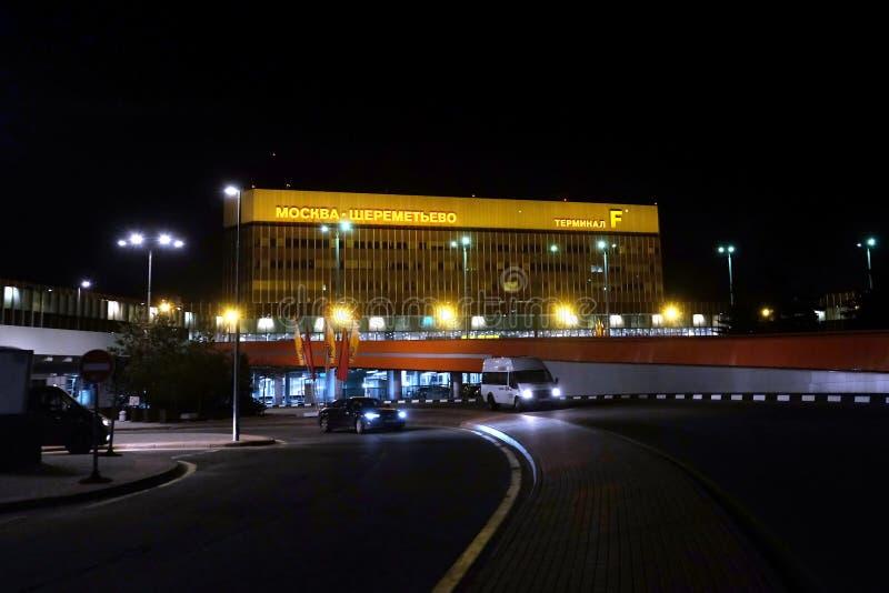 Terminal de aeropuerto internacional de Sheremetyevo F en Moscú, Rusia en la noche fotografía de archivo