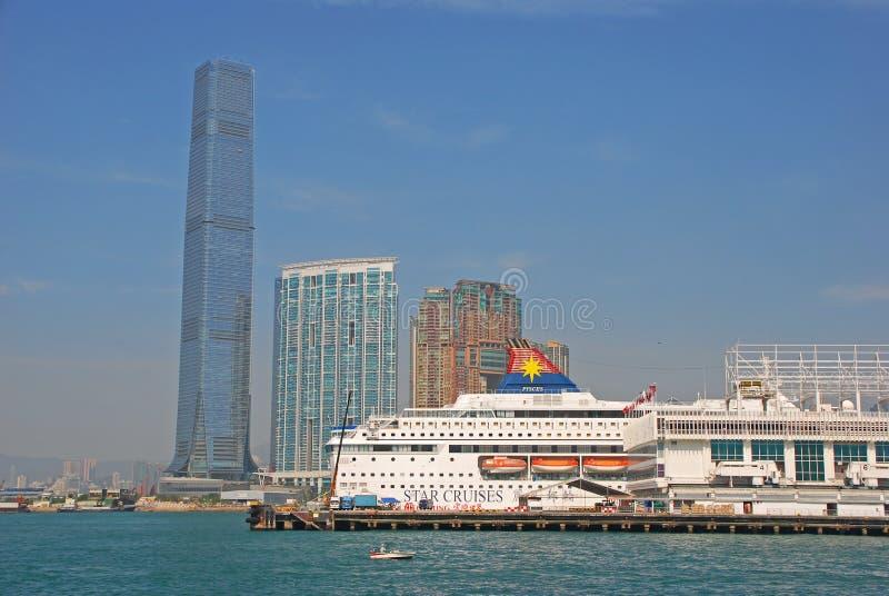 Terminal de balsa com cruzeiros & Ritz Carlton Hotel da estrela imagem de stock royalty free
