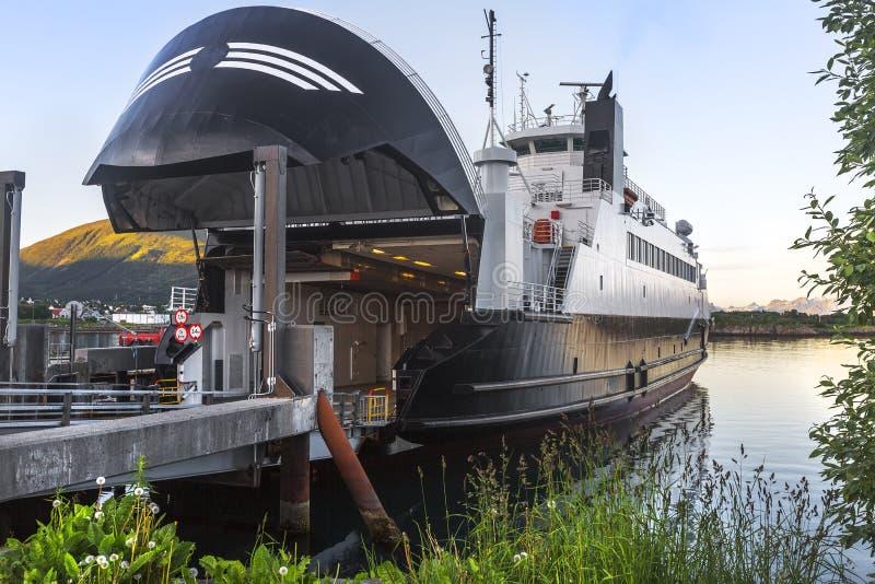 Terminal de balsa vazio com rampa do metal e o turnpike cosed noruega fotos de stock
