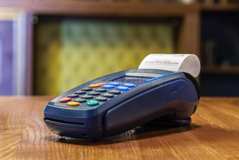 Terminal de banque avec un contrôle imprimé et une position colorée de boutons photos libres de droits