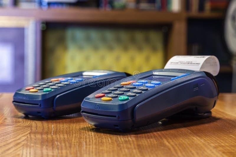 Terminal de banque avec un contrôle imprimé et une position colorée de boutons image libre de droits