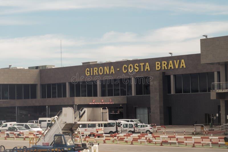 Terminal de Barcelone, Espagne et vue de signe d'aéroport de Gérone Costa Brava de l'intérieur d'avion images libres de droits