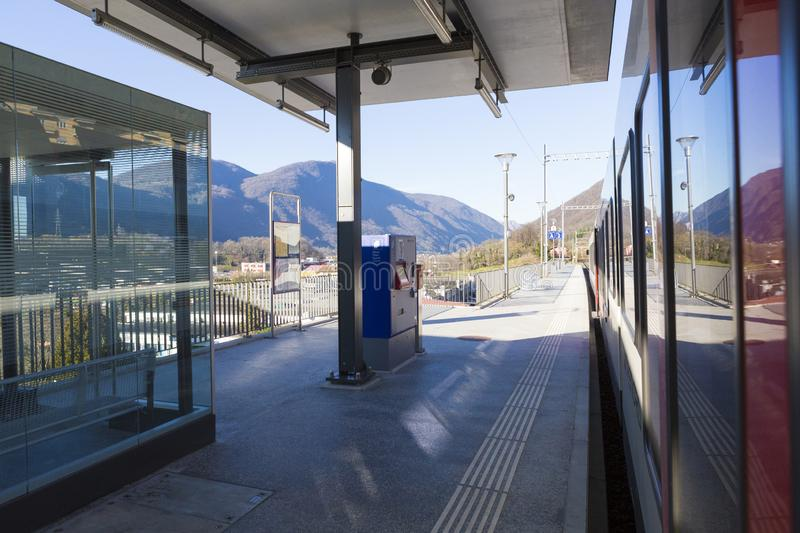 Terminal de billet de train sur la plate-forme de Mendrisio S Station de train de Martino photographie stock libre de droits