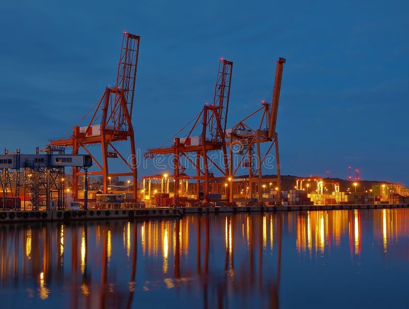 Terminal de contenedores en la noche imágenes de archivo libres de regalías