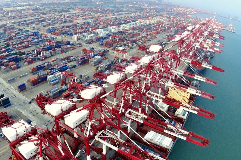 Terminal de contenedores portuaria de China Qingdao fotos de archivo