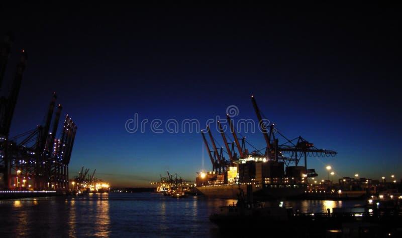 Terminal de conteneur la nuit images stock
